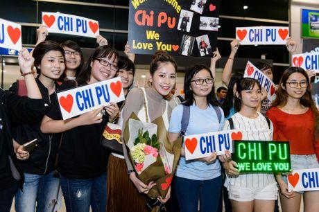 Chi Pu rang ro trong vong tay cua fan o san bay - Anh 4