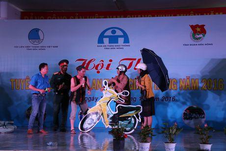 Dak Nong: Mot y thuc giao thong, trieu nu cuoi hanh phuc - Anh 1
