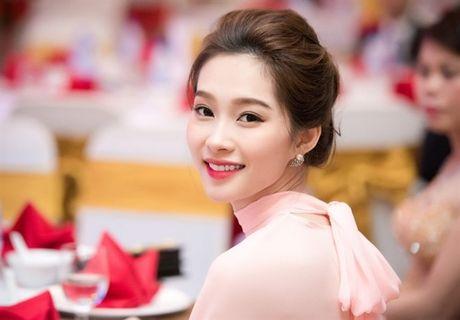 Showbiz 18/11: Lin Dan bi ham hai chuyen ngoai tinh, Thu Thao dong phim nghin tap - Anh 1