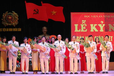 Ong Nguyen Thien Nhan du ky niem 20/11 tai ngoi truong 8 lan Bac ve tham - Anh 14