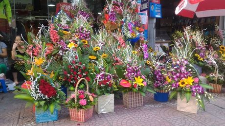 Thi truong hoa chuc mung 20.11: Hoa huong duong, hoa hong len ngoi - Anh 1