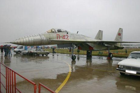 Giai ma chiec tiem kich P-42 day bi an, giong het Su-27 - Anh 4