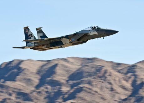Chuyen gia My: Tiem kich F-15 'an dut' Su-27 trong khong chien - Anh 1