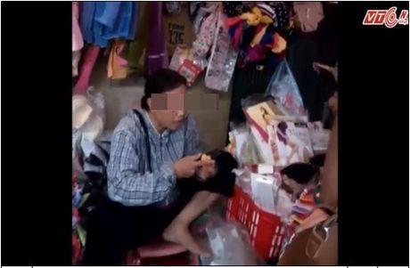 Chuyen la doi: Khach bi dam vao mat vi khong chieu y nguoi ban - Anh 1