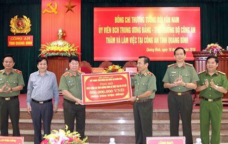Thu truong Bo Cong an Bui Van Nam tham va lam viec tai Cong an tinh Quang Binh - Anh 1
