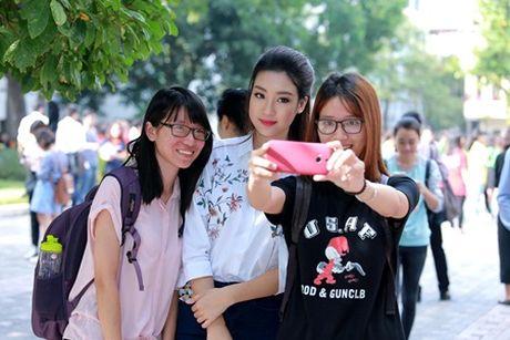 Hoa hau Do My Linh muon duoc cac thay co doi xu binh thuong - Anh 2