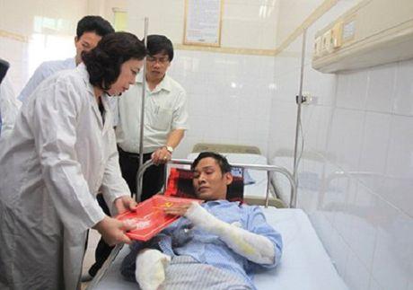 Lanh dao Thanh uy Ha Noi tham nan nhan vu no tram bien ap - Anh 1