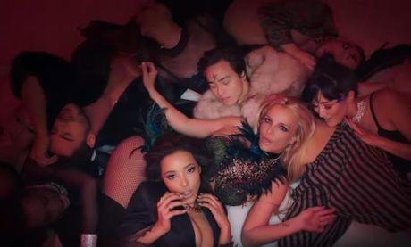 'Cong chua nhac Pop' Britney Spears goi cam bat ngo trong MV moi - Anh 3