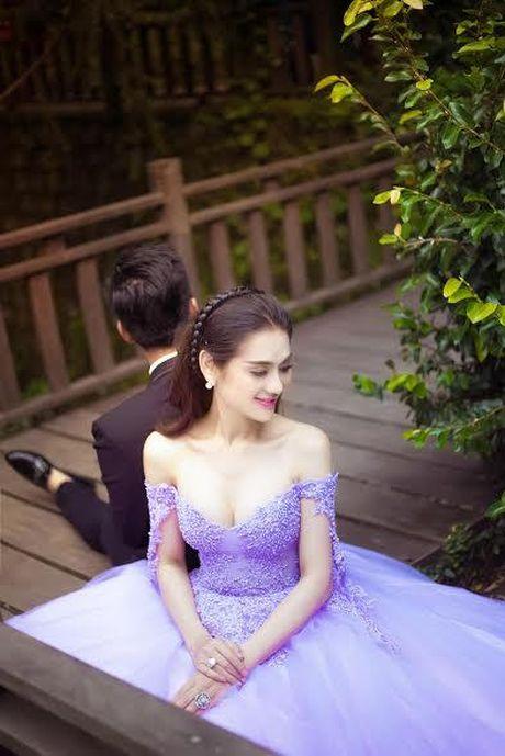 Lam Khanh Chi tung loat anh cuoi ben ban trai, chuan bi len xe hoa - Anh 3