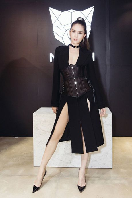 Cac nguoi dep mac corset thit chat vong eo - Anh 5