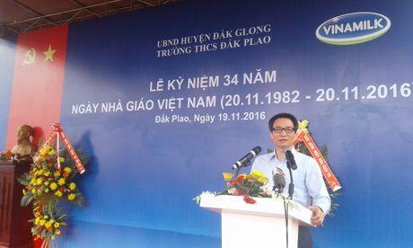 Pho Thu tuong Vu Duc Dam tham, tang qua giao vien va hoc sinh huyen Dak G'long - Anh 1