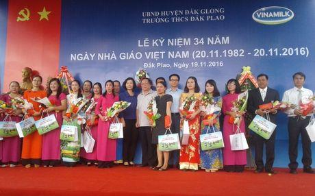Pho Thu tuong Vu Duc Dam tham, tang qua giao vien va hoc sinh huyen Dak G'long - Anh 2