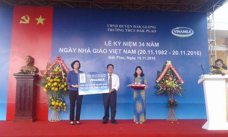 Pho Thu tuong Vu Duc Dam tham, tang qua giao vien va hoc sinh huyen Dak G'long - Anh 3