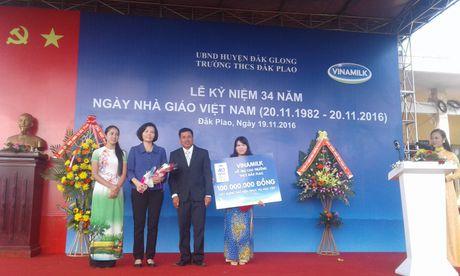 Pho Thu tuong Vu Duc Dam tham, tang qua giao vien va hoc sinh huyen Dak G'long - Anh 4