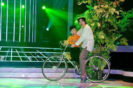 Hoai Linh khien khan gia cuoi bo khi 'khen' thi sinh hat tieng Hoa nhu tieng Campuchia - Anh 8