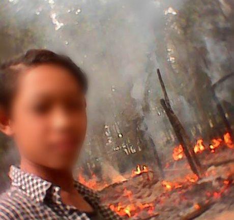 Chang trai than nhien chup selfie ben ngoi nha dang chay - Anh 1