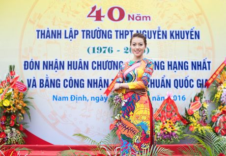 A hau Thuy Hang ve tham truong cu, tri an thay co - Anh 2