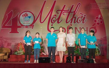 A hau Thuy Hang ve tham truong cu, tri an thay co - Anh 3