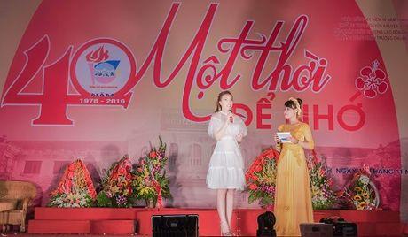 A hau Thuy Hang ve tham truong cu, tri an thay co - Anh 4