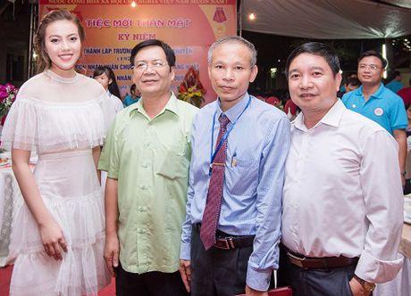 A hau Thuy Hang ve tham truong cu, tri an thay co - Anh 5