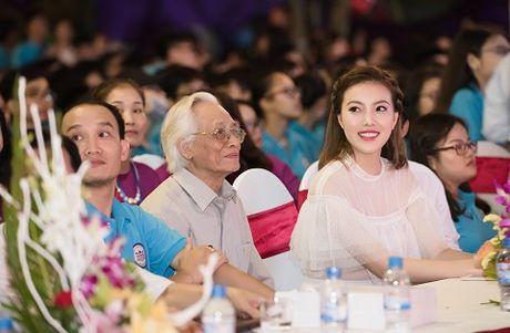 A hau Thuy Hang ve tham truong cu, tri an thay co - Anh 6