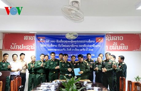 Bo Quoc phong Viet Nam ho tro trang thiet bi cho Quan doi Lao - Anh 1