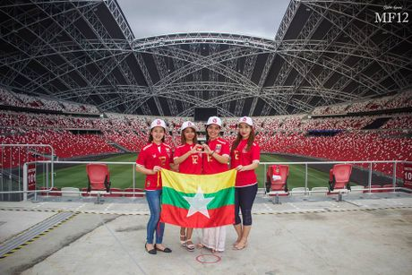 Nu co dong vien xinh dep ham nong 'dai chien' Myanmar-Viet Nam - Anh 2