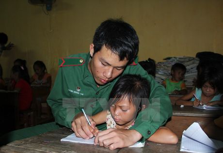 Tan tuy mang 'con chu' den voi tre em Viet kieu Campuchia - Anh 1