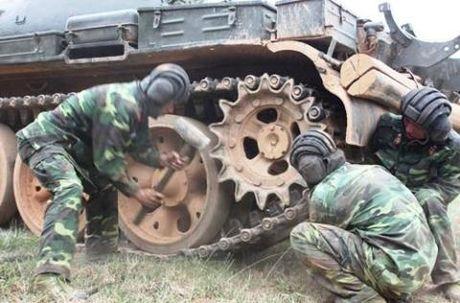 Bo doi Viet Nam xu ly xe tang bi dut xich - Anh 1