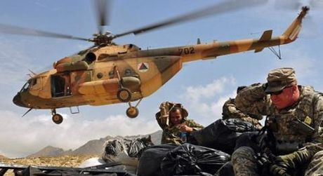 My ep Afghanistan bo Mi-17, dung UH-60 Black Hawk loai bien - Anh 2