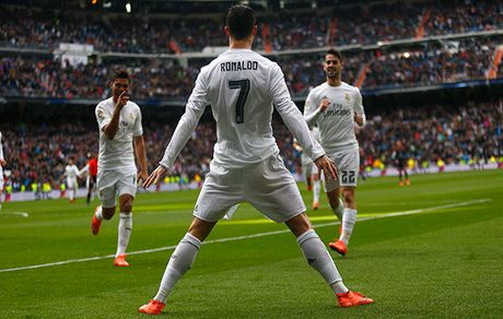 Ronaldo lap hat-trick nhan chim Atletico Madrid trong khung hoang - Anh 1