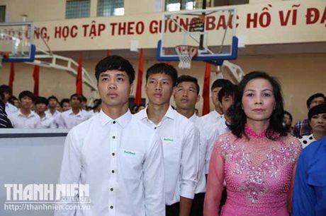 Cong Phuong, Tuan Anh, Xuan Truong tri an thay co khi AFF Cup dang nong bong - Anh 1