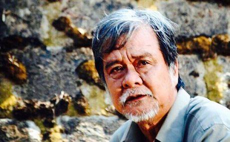 Dien vien Huynh Long Hai dot ngot qua doi khi dang xem TV - Anh 1