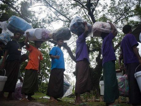 Bangladesh chan nguoi Rohingya dinh vuot bien - Anh 1