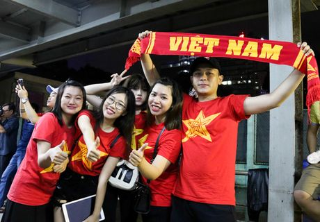 Chum anh: Co vu tuyen Viet Nam thang Myanmar duoi ham xe - Anh 10