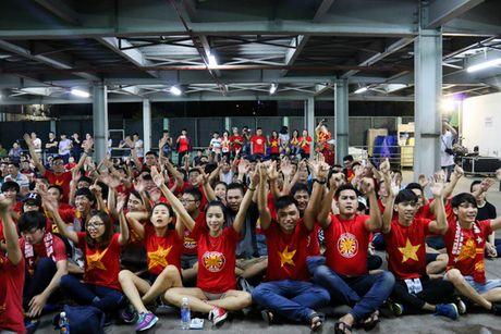 Chum anh: Co vu tuyen Viet Nam thang Myanmar duoi ham xe - Anh 11