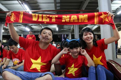 Chum anh: Co vu tuyen Viet Nam thang Myanmar duoi ham xe - Anh 12