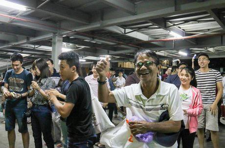 Chum anh: Co vu tuyen Viet Nam thang Myanmar duoi ham xe - Anh 15