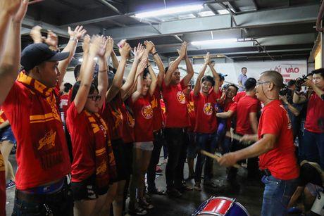 Chum anh: Co vu tuyen Viet Nam thang Myanmar duoi ham xe - Anh 2