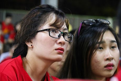 Chum anh: Co vu tuyen Viet Nam thang Myanmar duoi ham xe - Anh 7