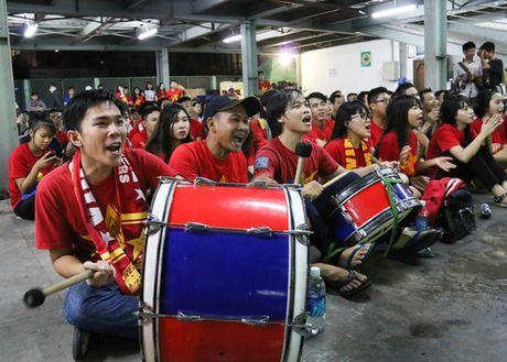 Chum anh: Co vu tuyen Viet Nam thang Myanmar duoi ham xe - Anh 9
