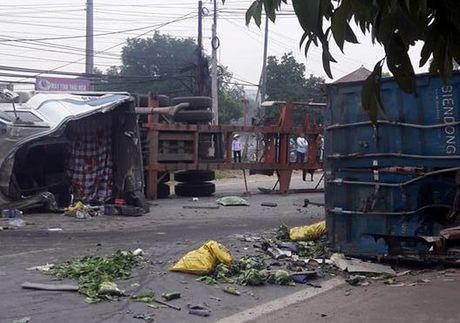 Xe o to 'cam dau' vao xe container, 4 nguoi thuong vong - Anh 1