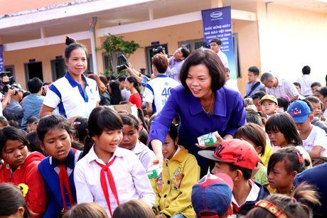 Vinamilk trao tang hon 6.000 hop sua cho tre em ngheo Dak Nong - Anh 1