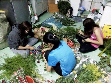Thi truong ngay 20/11: Hoa tuoi gia gap doi, khach cho 'dai co' moi co - Anh 2
