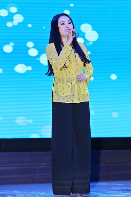 Ninh Duong Lan Ngoc boi roi khi duoc Minh Luan tang hoa truoc rung khan gia - Anh 11