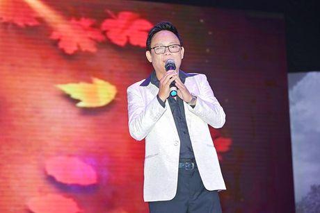 Ninh Duong Lan Ngoc boi roi khi duoc Minh Luan tang hoa truoc rung khan gia - Anh 15