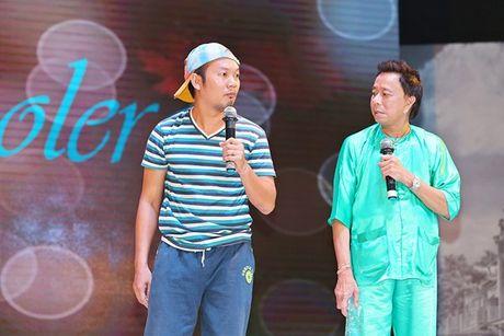 Ninh Duong Lan Ngoc boi roi khi duoc Minh Luan tang hoa truoc rung khan gia - Anh 16
