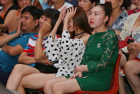 Ninh Duong Lan Ngoc boi roi khi duoc Minh Luan tang hoa truoc rung khan gia - Anh 1