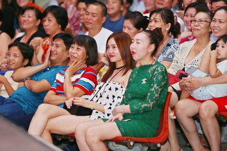 Ninh Duong Lan Ngoc boi roi khi duoc Minh Luan tang hoa truoc rung khan gia - Anh 3