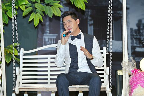 Ninh Duong Lan Ngoc boi roi khi duoc Minh Luan tang hoa truoc rung khan gia - Anh 4